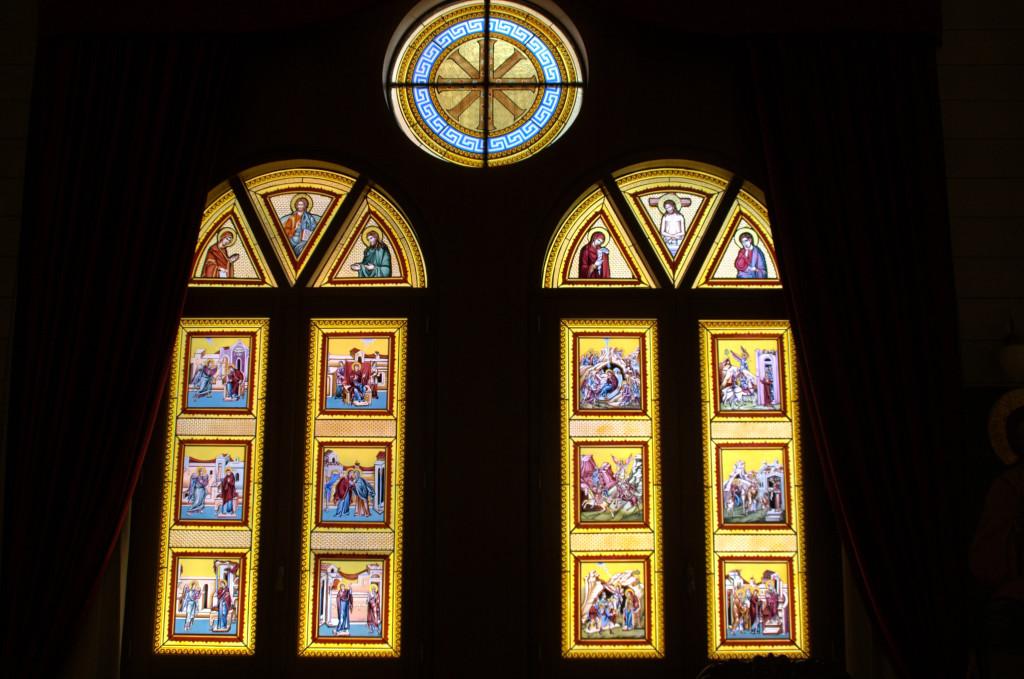 Весь акафист изображен на окнах витража